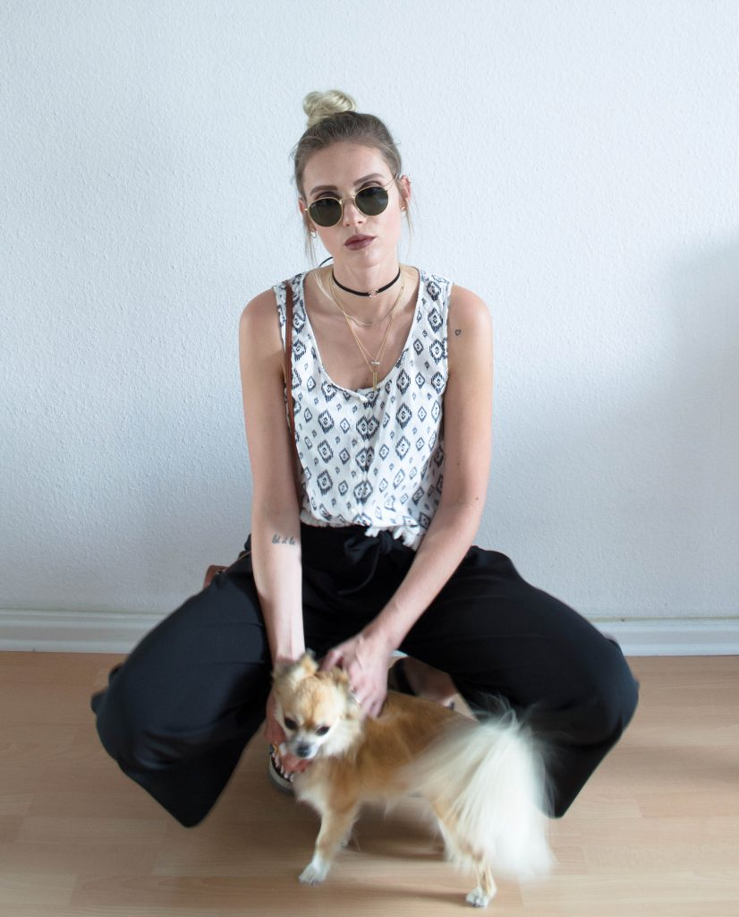 last days of summer, summerlook, summeroutfit, outfit, fashion, outfitinspiration, fashioninspiration, sommerlook, sommer, culottes,dog, chihuahua birkenstock, rayban, choker, mcm, mac